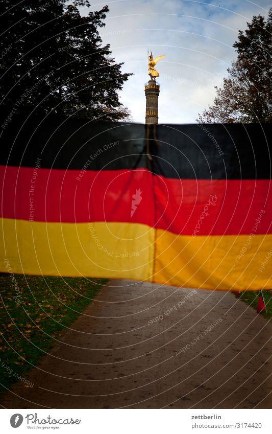 Siegesäule und Deutschlandfahne Tiergarten Abend Baum Berlin Denkmal Deutsche Flagge Dämmerung else Fahne Feierabend Figur gold Goldelse großer stern Hauptstadt
