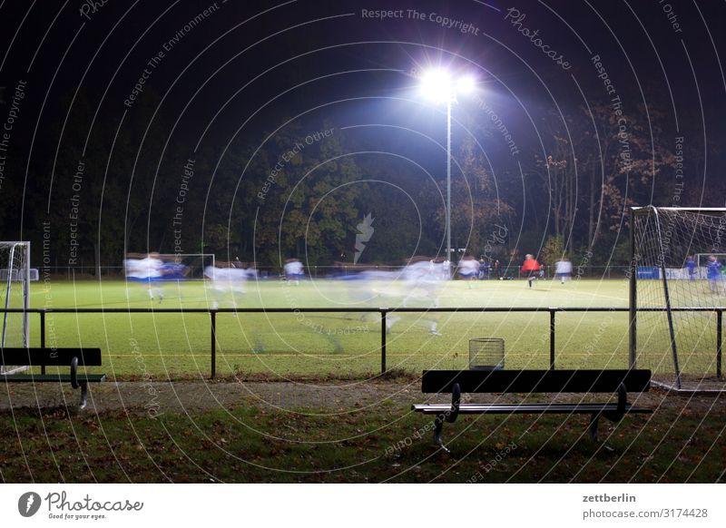 Fußball am Abend dunkel Flutlicht Liga Region Spielen Sport unterklasse regionalliga Ballsport massensport breitensport Bewegungsunschärfe Bank Publikum