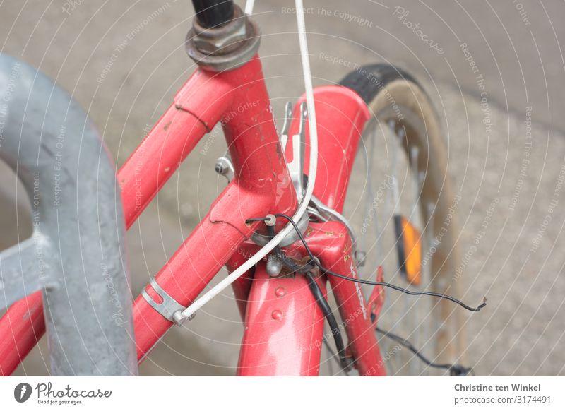 Rotes Fahrrad alt authentisch glänzend kaputt retro Stadt rot Mobilität Perspektive Umwelt Farbfoto mehrfarbig Außenaufnahme Nahaufnahme Detailaufnahme