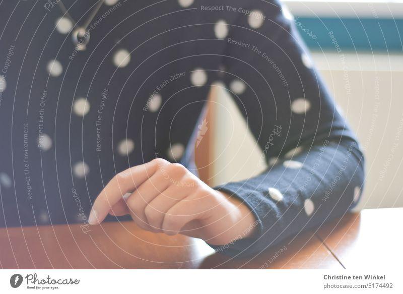 junge Frau im blauen Pullover hat einen Unterarm auf die Tischplatte gelegt feminin Junge Frau Jugendliche Erwachsene Arme Hand Finger 1 Mensch 18-30 Jahre