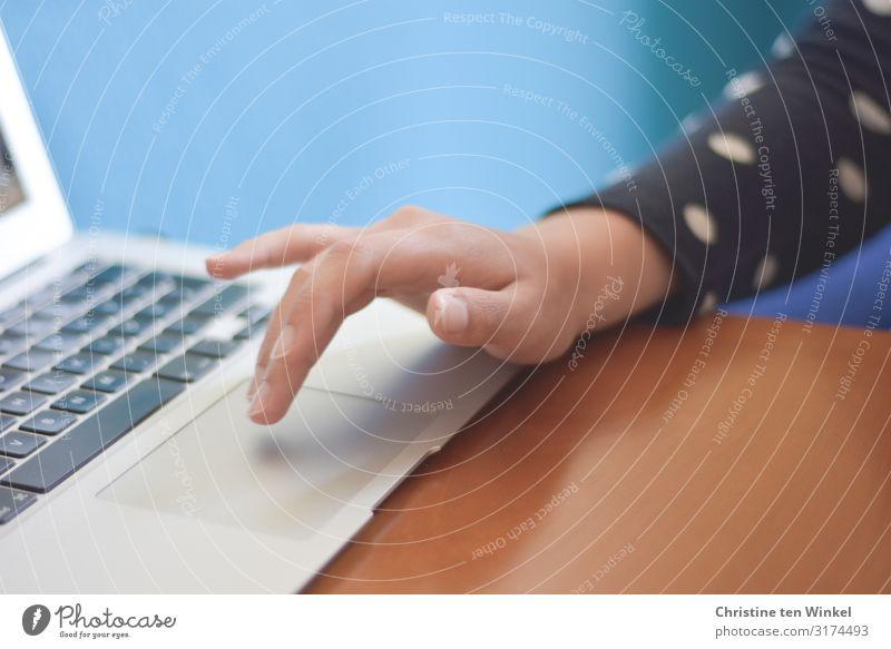 junge Frau mit Notebook Tisch Tastatur Mensch feminin Junge Frau Jugendliche Erwachsene Arme Hand Finger 1 18-30 Jahre Arbeit & Erwerbstätigkeit ästhetisch