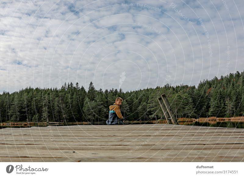 Can you hear the silence? maskulin Junge Kindheit 1 Mensch 8-13 Jahre Umwelt Natur Landschaft Wasser Wolken Horizont Herbst Baum Alpen Küste Seeufer Stimmung
