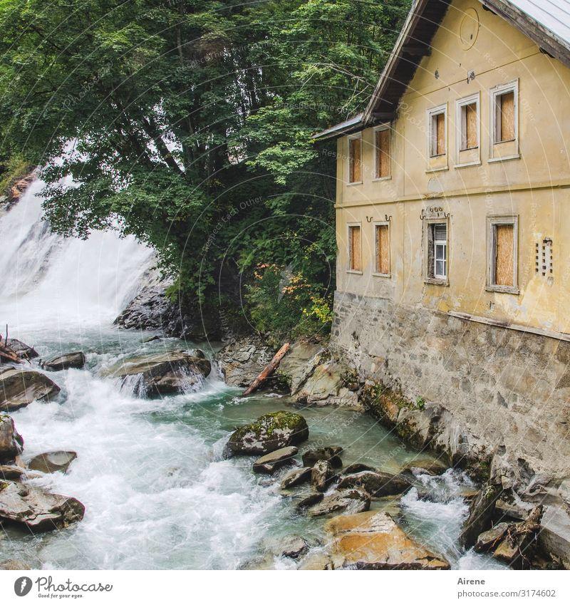 Getöse alt Gebäude Felsen Angst Kraft gefährlich bedrohlich Alpen Urelemente gruselig Österreich Wasserfall Gischt baufällig sprudelnd gewaltig