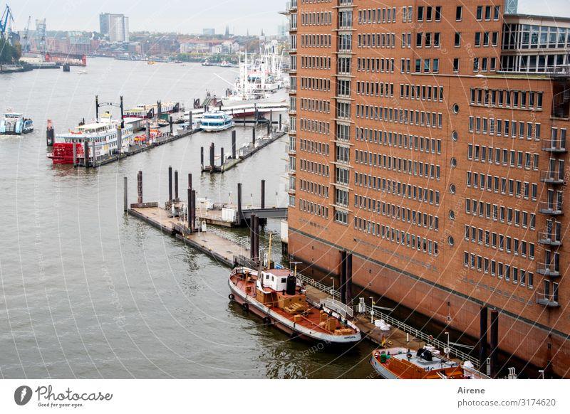 Überblick | UT Hamburg Elbe Hamburger Hafen Hafenstadt Fassade Schifffahrt Aussicht groß braun rot fleißig Fernweh Horizont Lebensfreude Stadt Tag