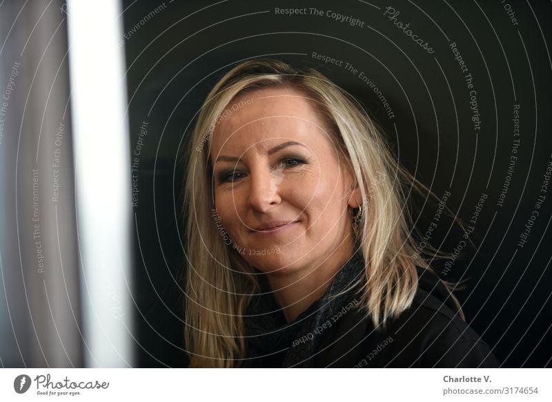 Porträt in Schwarz | UT HH19 Mensch feminin Frau Erwachsene 30-45 Jahre Haare & Frisuren blond langhaarig Scheitel Lächeln Blick leuchten Freundlichkeit