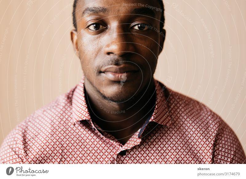 Porträt eines ernsthaften afrikanischen Schülers im Hemd Lifestyle kaufen schön Körperpflege Wellness Leben harmonisch Wohlgefühl Häusliches Leben Wohnung Haus
