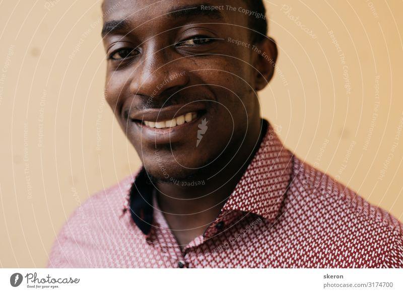 Porträt eines lächelnden afrikanischen Studenten im Hemd Lifestyle kaufen Reichtum elegant Stil ausgehen Kindererziehung Bildung Arbeit & Erwerbstätigkeit Beruf