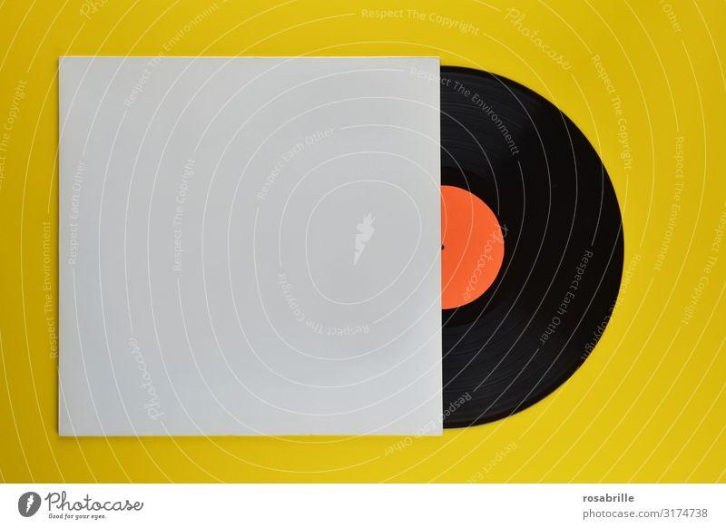 alte schwarze Vinyl Schallplatte zur Hälfte in neutraler weißer Plattenhülle auf gelbem Hintergrund | alt LP antik retro vintage Musik Cover Hülle leer Disco