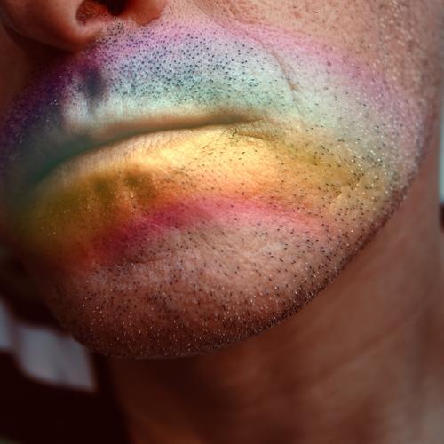 Mensch Mann Farbe Gesicht Dekoration & Verzierung Haut Symbole & Metaphern Lippen gemalt Homosexualität Regenbogen Stolz Toleranz Regenbogenflagge