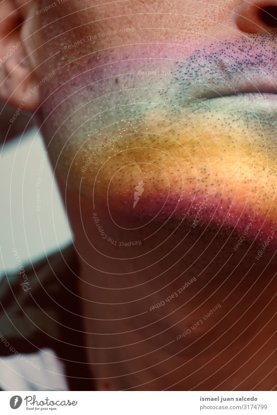Mann mit gemaltem Gesicht mit Regenbogen Lippen Mensch Symbole & Metaphern Farbe mehrfarbig Regenbogenflagge Homosexualität Stolz Vielfalt Toleranz