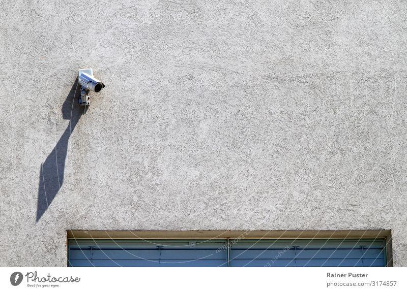 Security Kamera wirft langen Schatten Sicherheit Sicherheitsdienst Videokamera Fotokamera beobachten grau Angst Politik & Staat Überwachung überwachen Farbfoto