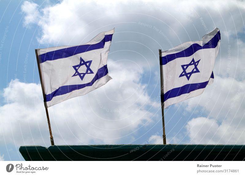 Zwei israelische Nationalflaggen im Wind Himmel Wolken Tel Aviv Israel Fahnenmast blau weiß Israelis wehen Farbfoto Außenaufnahme Textfreiraum unten