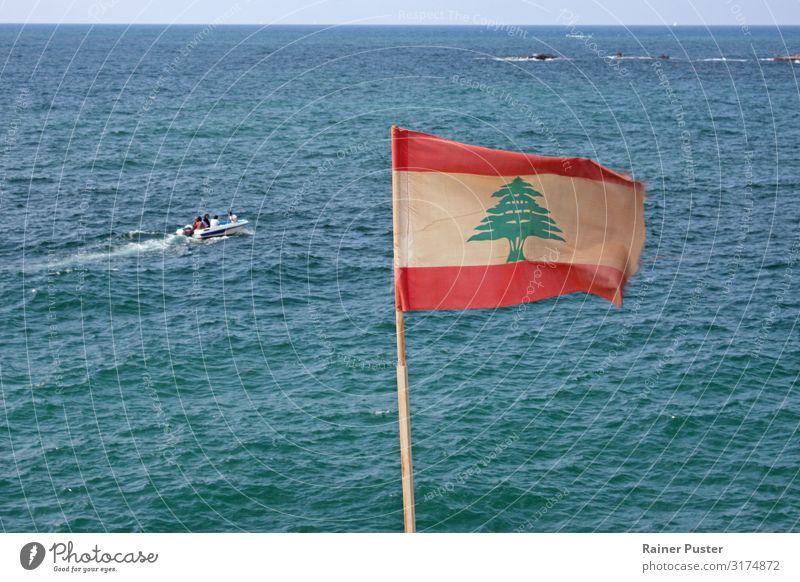 Libanesische Flagge an der Küste Beiruts Wolkenloser Himmel Sonne Sommer Meer Mittelmeer Libanon blau grün rot türkis weiß Horizont Fahne Nationalflagge