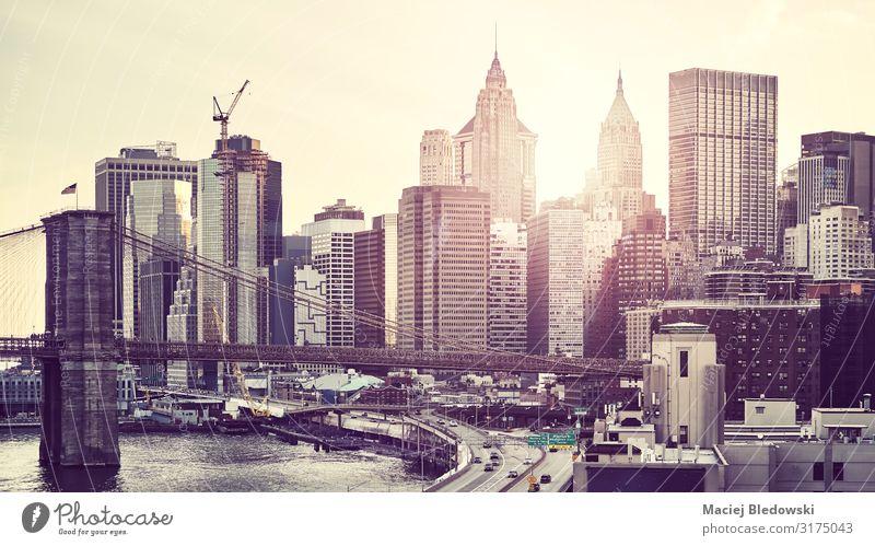 Farbig getöntes Bild der Skyline von New York City bei Sonnenuntergang. Reichtum Ferien & Urlaub & Reisen Sommer Büro Himmel Fluss Stadt überbevölkert Hochhaus