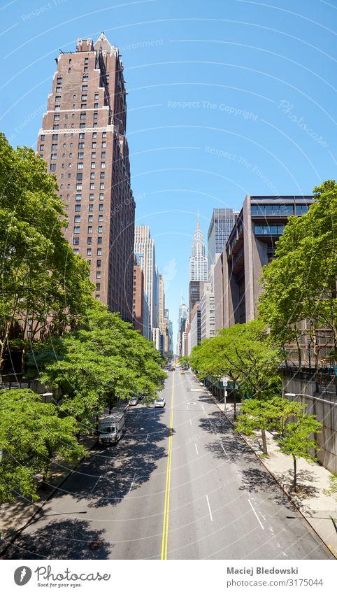 East 42nd Street in New York City an einem sonnigen Sommertag. Ferien & Urlaub & Reisen Sightseeing Städtereise Häusliches Leben Wohnung Himmel Baum Stadt