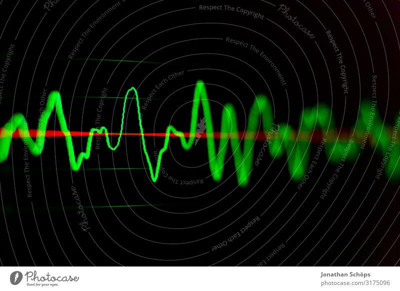 Wellenform in Software zur Audiobearbeitung für Podcast grün schwarz Musik Computer Erwachsenenbildung hören Medien Bildschirm Radio Aktien Klang Ton Börse