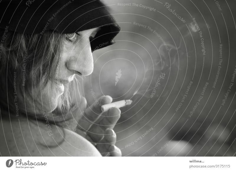Frau mit Hut im Profil, eine Zigarette rauchend Lifestyle feminin Erwachsene Zigarettenrauch Rauchen schön einzigartig nackte Schulter genießen Schlapphut
