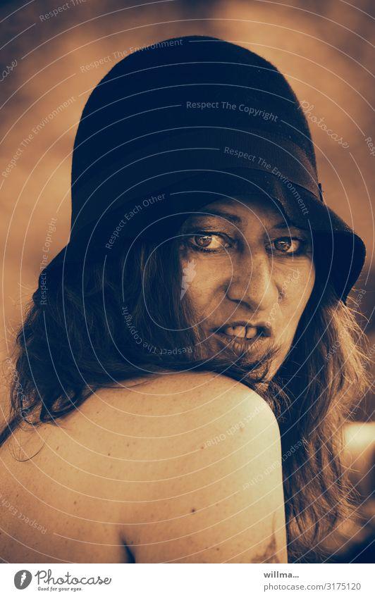 die goldenen zwanziger Frau Erotik Gesicht feminin 45-60 Jahre Hut langhaarig brünett verführerisch Sepia Zwanziger Jahre Nackte Haut