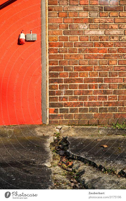 Drittelmix Orange-Ziegel-Beton Mauer Wand Steckdose Lichtschalter Stein Backstein warten grau orange rot planen Vergänglichkeit abstrakt Farbfoto Außenaufnahme