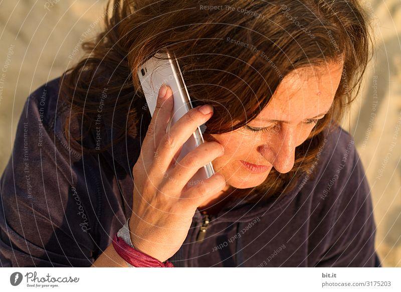 Handy Mensch feminin Frau Erwachsene sprechen Telefongespräch Farbfoto Außenaufnahme Tag Porträt Oberkörper Halbprofil Blick nach unten Wegsehen
