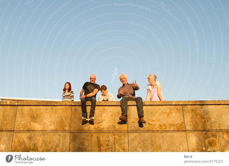 weitsichtig l peace Mensch maskulin feminin Familie & Verwandtschaft Freundschaft Erwachsene Menschengruppe Menschenmenge Mauer Wand Fassade Terrasse Freude