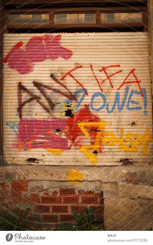 Antifa, Graffiti auf einer Tür. Wand Kunst Mauer Fassade Design Schriftzeichen Kultur Schilder & Markierungen Hinweisschild Jugendkultur Zeichen Gemälde