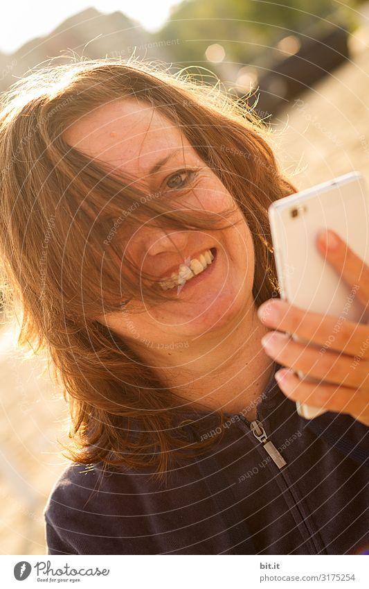 Handy Mensch feminin Frau Erwachsene lachen Telefongespräch Außenaufnahme Reflexion & Spiegelung Porträt Oberkörper Vorderansicht Blick Blick in die Kamera