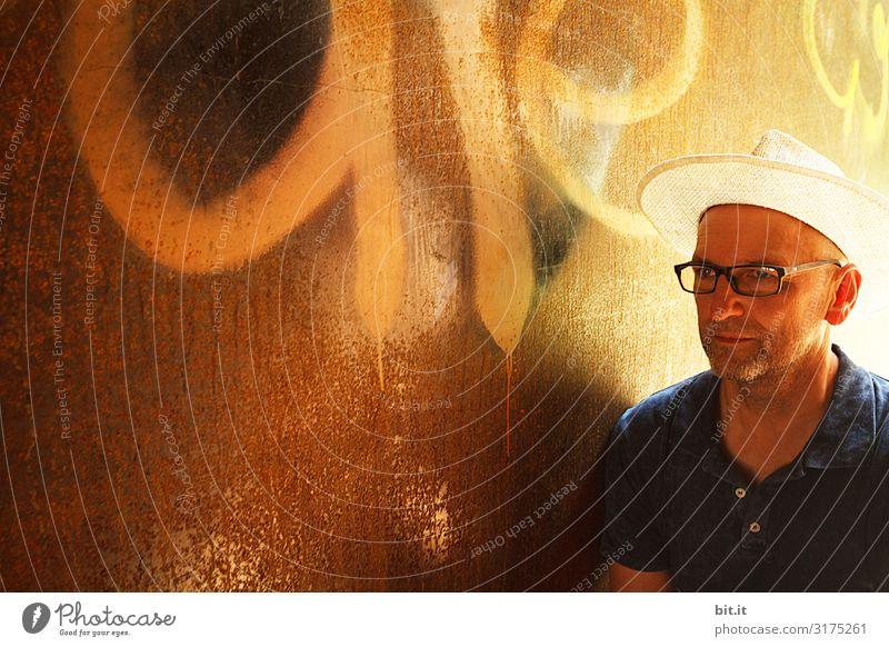 Licht im Hut. Mensch maskulin Mann Erwachsene Mauer Wand Fassade beobachten Blick Außenaufnahme Lichterscheinung Porträt Oberkörper Halbprofil Wegsehen