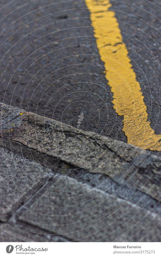 gelbe Linie in der Nähe des Bürgersteigs Ferien & Urlaub & Reisen Autofahren Straße Streifen schwarz Weg Fahrbahn Asphalt rau verbieten Straßenrand Oberfläche