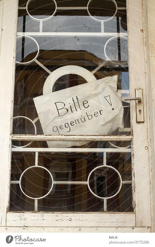 Schild an einer Tür. Fenster Schriftzeichen Schilder & Markierungen Hinweisschild Warnschild Kommunizieren Kontakt gegenüber Farbfoto Außenaufnahme Menschenleer