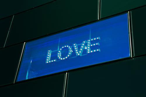 digital love blau Stadt Erotik Fenster schwarz gelb Liebe Glück außergewöhnlich Fassade Design leuchten modern Schriftzeichen Sex authentisch