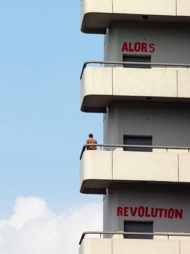 ALORS REVOLUTION - UNI BREMEN Mensch Mann Erwachsene Jugendliche Leben 1 Bremen Hochhaus Bauwerk Gebäude Architektur Studium Balkon Zeichen Schriftzeichen
