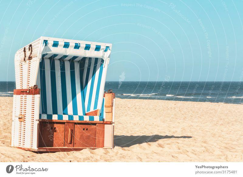 Korbstuhl am Strand der Insel Sylt. Sonniger Strandtag Freude Erholung Ferien & Urlaub & Reisen Sommer Sommerurlaub Sonne Natur Landschaft Sand Wasser
