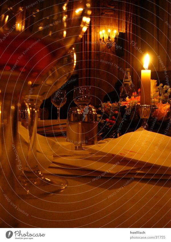 Tisch-Impression Glas Ernährung Tisch Kerze Wein Hotel Restaurant Pfeffer Kräuter & Gewürze Naher und Mittlerer Osten Abu Dhabi Weinglas Lokal Speisekarte Salzstreuer Le Méridien Hotel