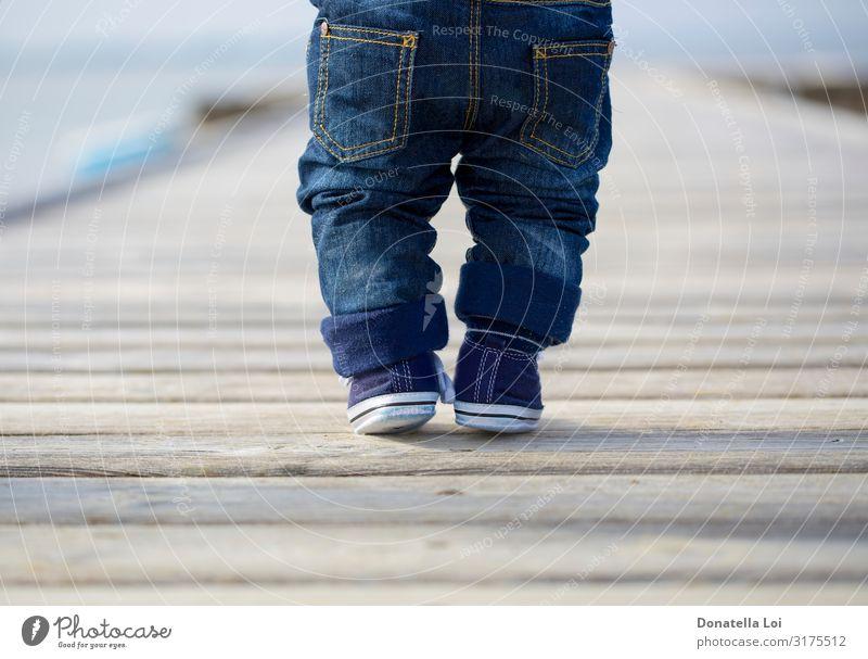 Babybeine in Jeans am Pier Lifestyle Sommer Kind Mensch maskulin Kleinkind Junge Kindheit Beine Fuß 1 0-12 Monate Hose Jeanshose Schuhe Turnschuh Holz stehen