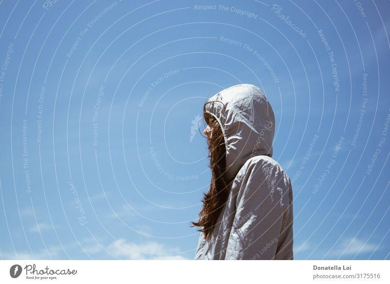 Frau Mensch Himmel Ferien & Urlaub & Reisen Jugendliche Junge Frau blau Einsamkeit Lifestyle Erwachsene Freiheit 13-18 Jahre frisch Wind Jacke brünett
