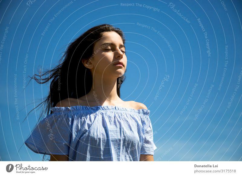 Frau Mensch Himmel Ferien & Urlaub & Reisen Jugendliche Sommer blau Erholung Einsamkeit ruhig Gesicht Lifestyle Erwachsene feminin Gefühle Textfreiraum