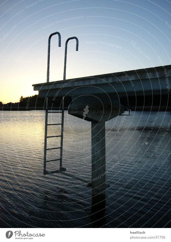 weiher Steg Moor Sonnenuntergang Sonnenaufgang Einsamkeit See. Weiher Wasser Leiter Himmel