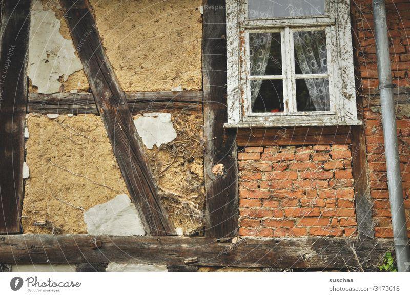 altes haus Haus verfallen Gebäude Fachwerkhaus Fenster früher bewohnt Unbewohnt baufällig verwohnt Unbewohnbar Miete Hauseigentum Hausbesitz Insolvenz