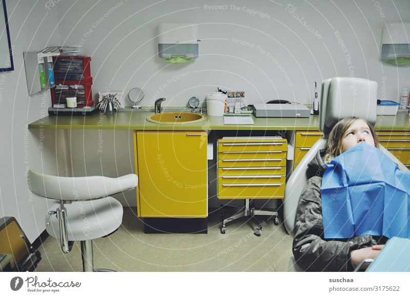 warten auf den zahnarzt .. Kind Mädchen Praxis Zahnarzt Zahnarztstuhl Praxiseinrichtung Behandlungszimmer Zahnschmerzen Angst Vorsorge Zahnheilkunde