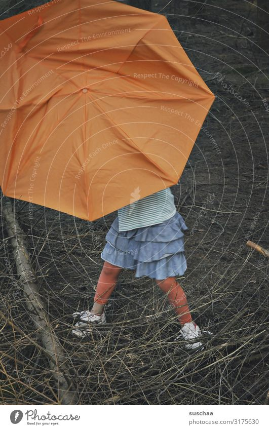 mit schirm im wald (2) Kind Mädchen Schirm Regenschirm Unterholz Wald Baum Ast Waldboden dunkel einzeln mehrfarbig orange Rock Rotkäppchen verrückt lustig