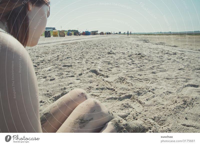 jugendliche sitzt an einem strand im sand am wattenmeer Tourismus Erholung Außenaufnahme Ferne Küste Wattenmeer Ferien & Urlaub & Reisen Horizont Wasser
