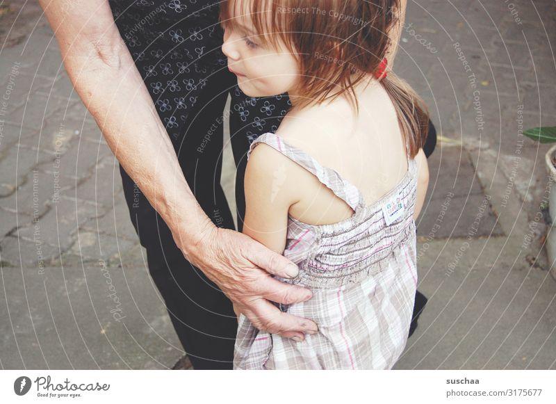 alt und jung feminin Mädchen Großmutter Kindheit Senior 2 Mensch berühren festhalten authentisch Zusammensein niedlich Vertrauen Sicherheit Schutz Geborgenheit