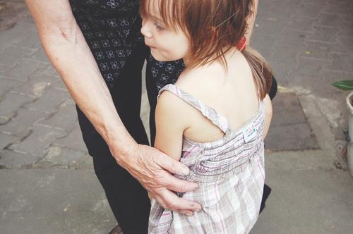 alt und jung Mensch Mädchen Leben Senior feminin Zusammensein Kindheit authentisch niedlich Warmherzigkeit berühren Schutz Sicherheit festhalten Vertrauen