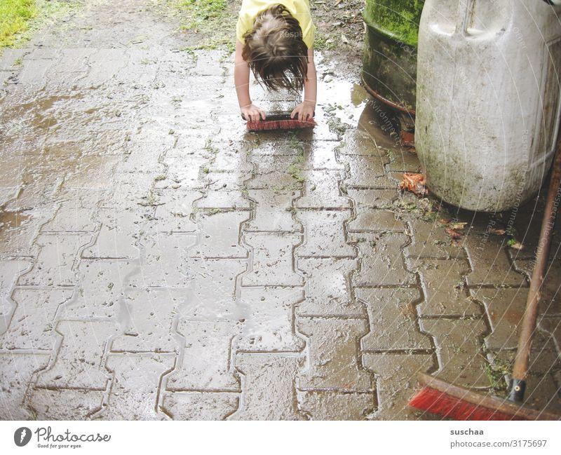 schrubben Kind Mädchen Sauberkeit Reinigen Schrubber Regen Regenwasser nass dreckig Besen Straße Bauernhof Hof Freude Regentonne Wetter Sommer Wasser