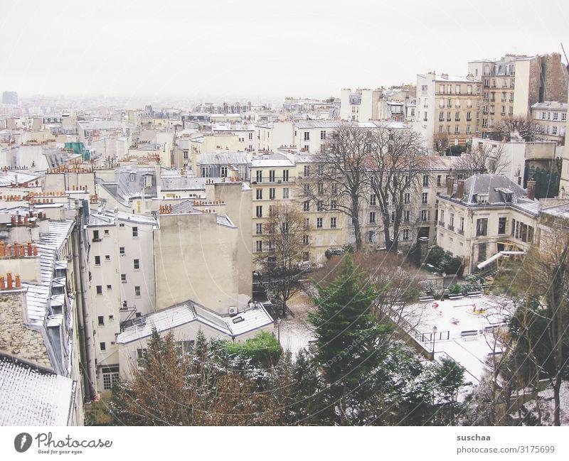 paris im winter Paris Stadt Großstadt Europa Hauptstadt Frankreich Haus Gebäude Dach Schnee Winter kalt Frost Klima Schornstein Baum kahl Spielplatz Skyline