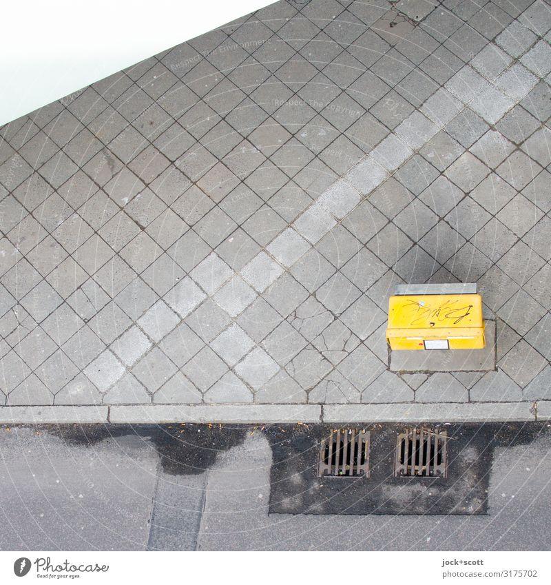 der Briefkasten ist da Post Verkehrswege Straße Bodenplatten Bordsteinkante Gully Rechteck eckig unten gelb grau Symmetrie Ziel Zahn der Zeit Standort