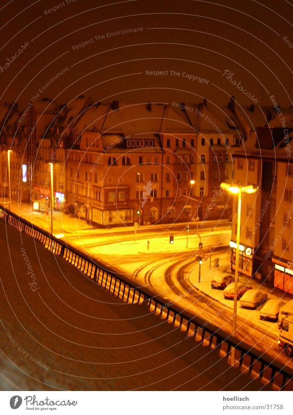 Kreuzung bei Nacht im Winter Straße Schnee Gebäude Beleuchtung Architektur Laterne Mischung Natur