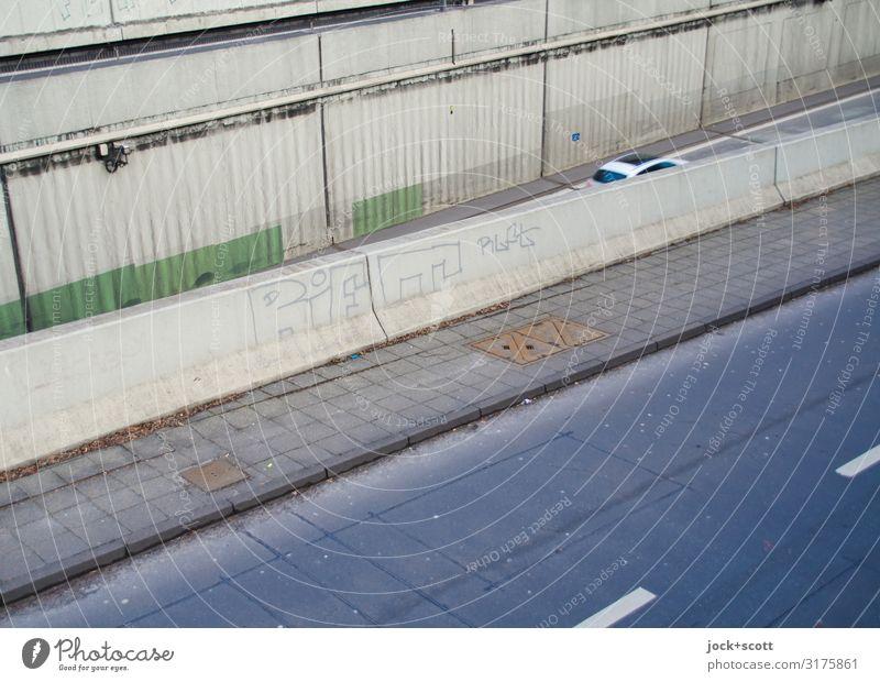 Leitlinien mit Beton Architektur Stadtautobahn Rampe Betonwand Verkehrswege Autobahn PKW fahren authentisch hässlich lang trist grau Mobilität Symmetrie Umwelt