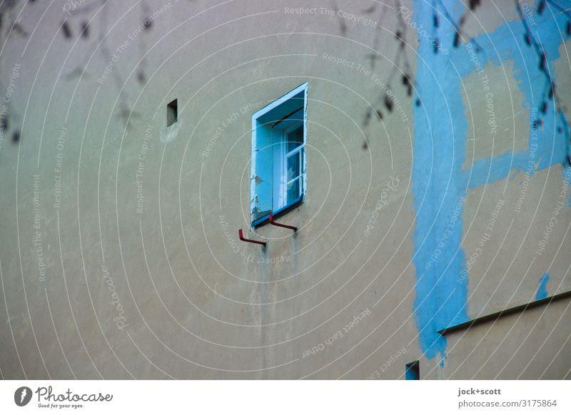 Fenster Blau Brandwand Ast Kreuzberg Stadthaus Brandmauer Streifen außergewöhnlich einzigartig oben trist blau grau Stimmung Tatkraft Leidenschaft Idee